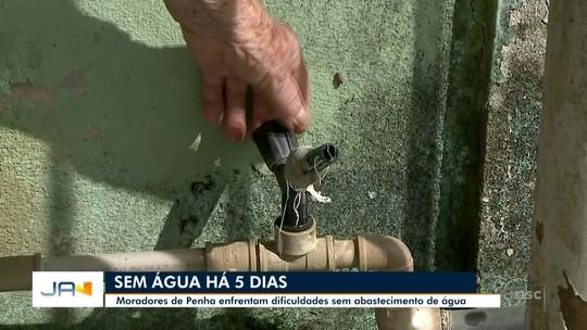 Para evitar falta de água, Emasa faz retirada de barreiras colocadas por agricultores no Rio Camboriú