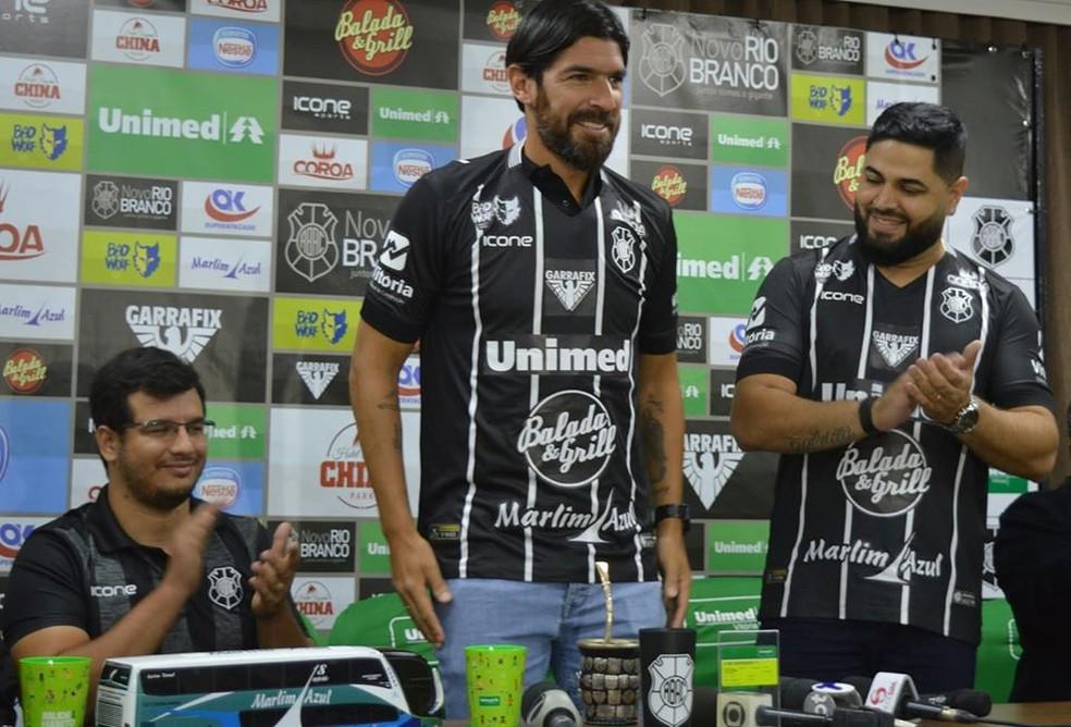 Loco Abreu é aplaudido pelo presidente Capa-Preta, Luciano Mendonça — Foto: Daniel Pasti