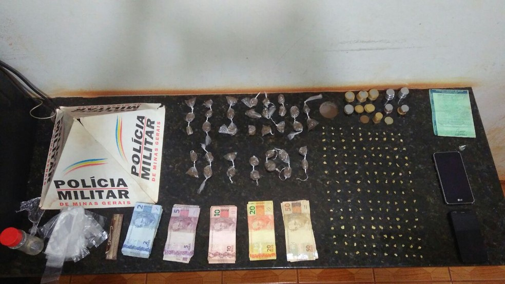 -  Drogas, dinheiro e celulares foram apreendidos na residência  Foto: Polícia Militar/Divulgação