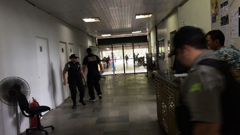 Policiais cumprem mandados na Seduc, em Teresina.  — Foto: Felipe Pereira/TV Clube