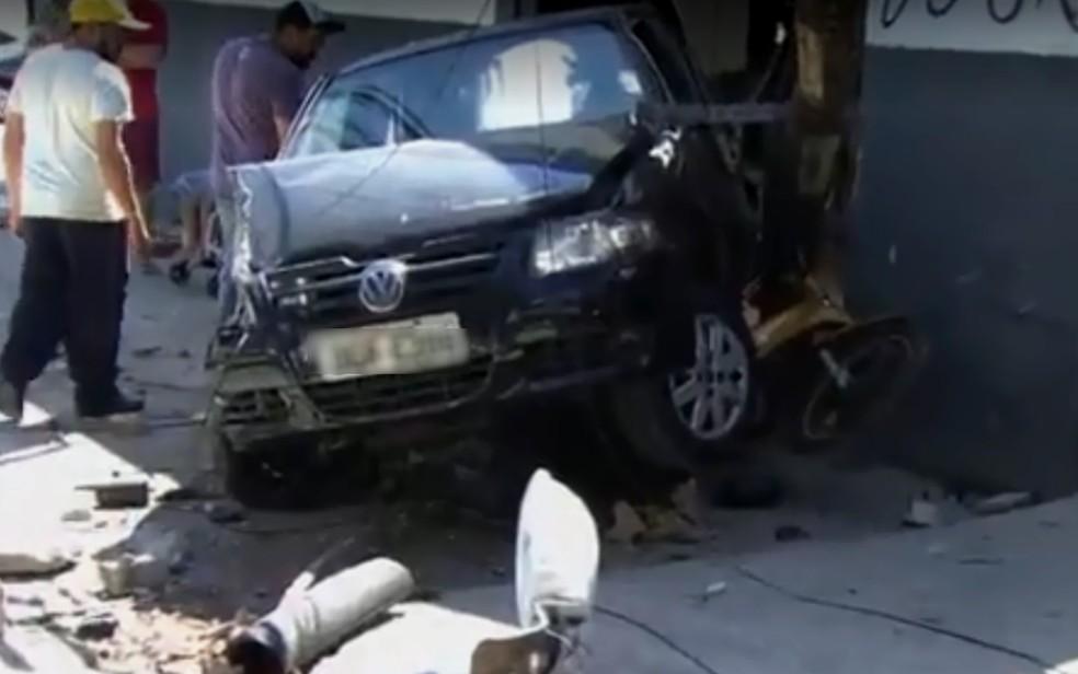 -  Moto fica presa embaixo de carro após acidente em Goiânia, Goiás  Foto: TV Anhanguera/ Reprodução