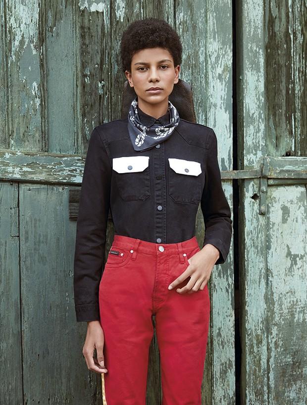 Camisa, R$ 499, e calça, R$ 479, Calvin Klein Jeans. Chapéu R$ 80 (o aluguel), e lenço, R$ 40 (o aluguel),  Brechó Minha Avó Tinha (Foto: Rodrigo Bueno (SD MGMT))