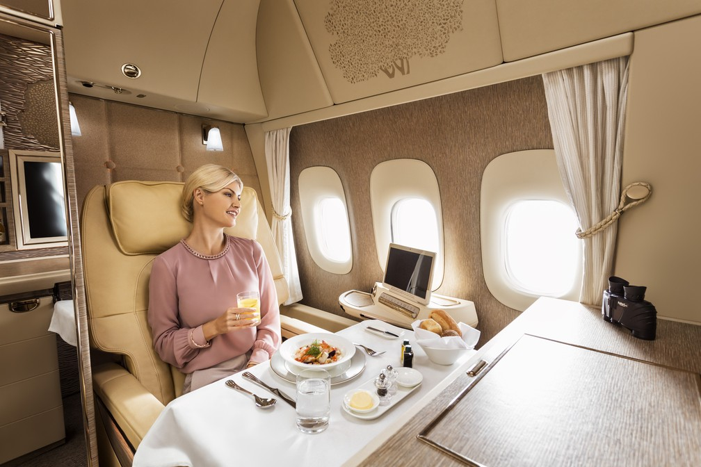 Para os passageiros perto de janelas físicas, empresa promete disponibilizar binóculos, e para os que estiverem na suíte do meio, Emirates lança 'janela virtual' (Foto: Divulgação/Emirates)