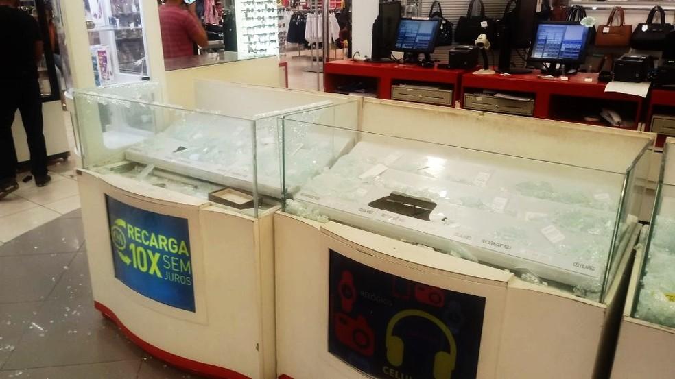 Quiosques de celulares, dentro da loja da C&A no centro de Natal, foi alvo dos criminosos (Foto: PM/Divulgação)