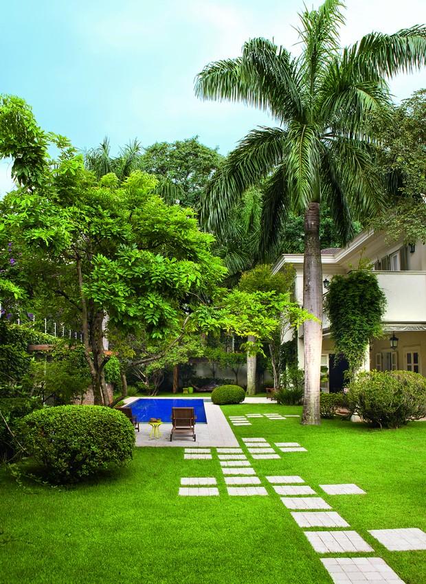 A piscina é apenas um dos atrativos deste jardim, cheio de árvores e com pergolado para relaxar. Projeto do paisagista Leo Laniado. (Foto: Edu Castello/Editora Globo)