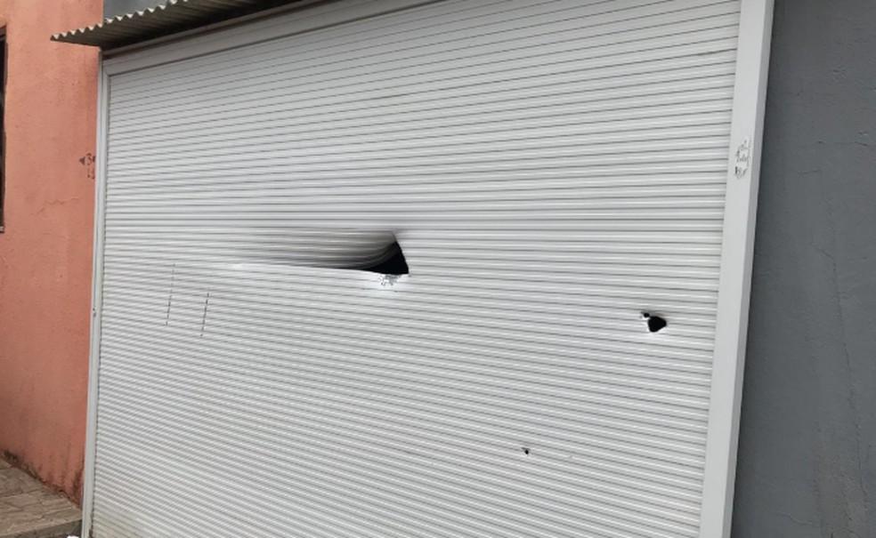 Portão da residência do pastor de Itapajé também foi atingido. — Foto: Reprodução/TV Verdes Mares