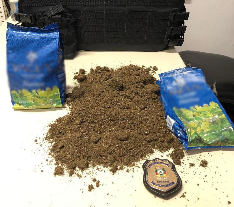 Segundo a Susepe, havia maconha dentro de pacotes de erva mate — Foto: Susepe/Divulgação