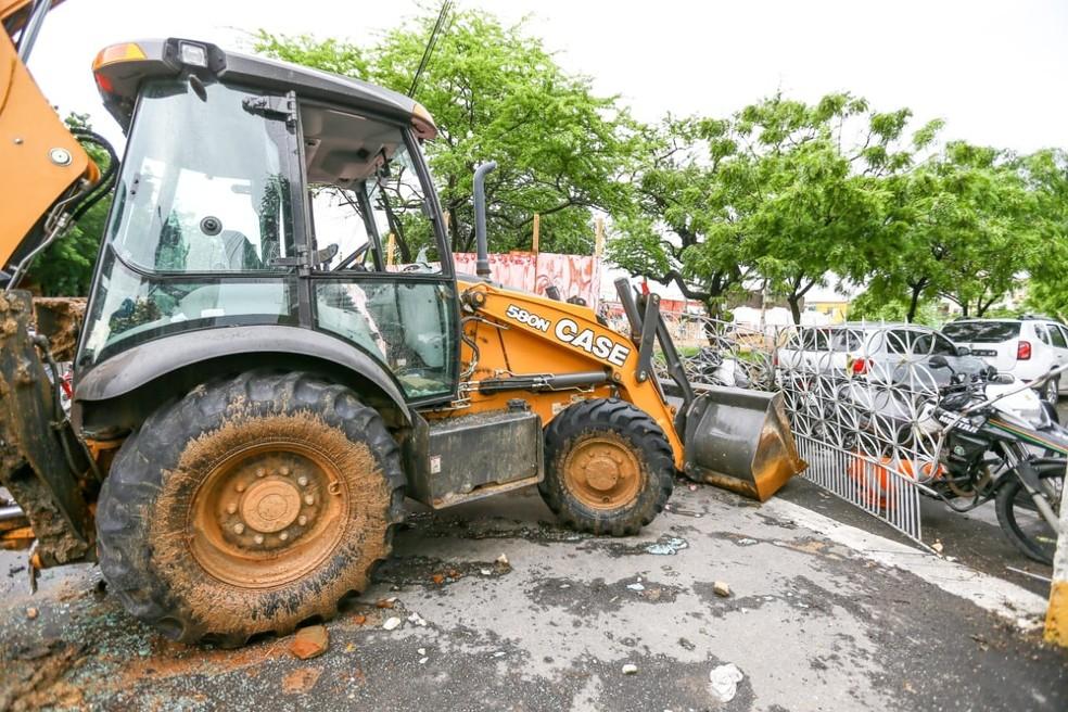 Cid Gomes usou veículo para tentar entrar em batalhão policial ocupado por policiais militares amotinados em Sobral — Foto: SVM