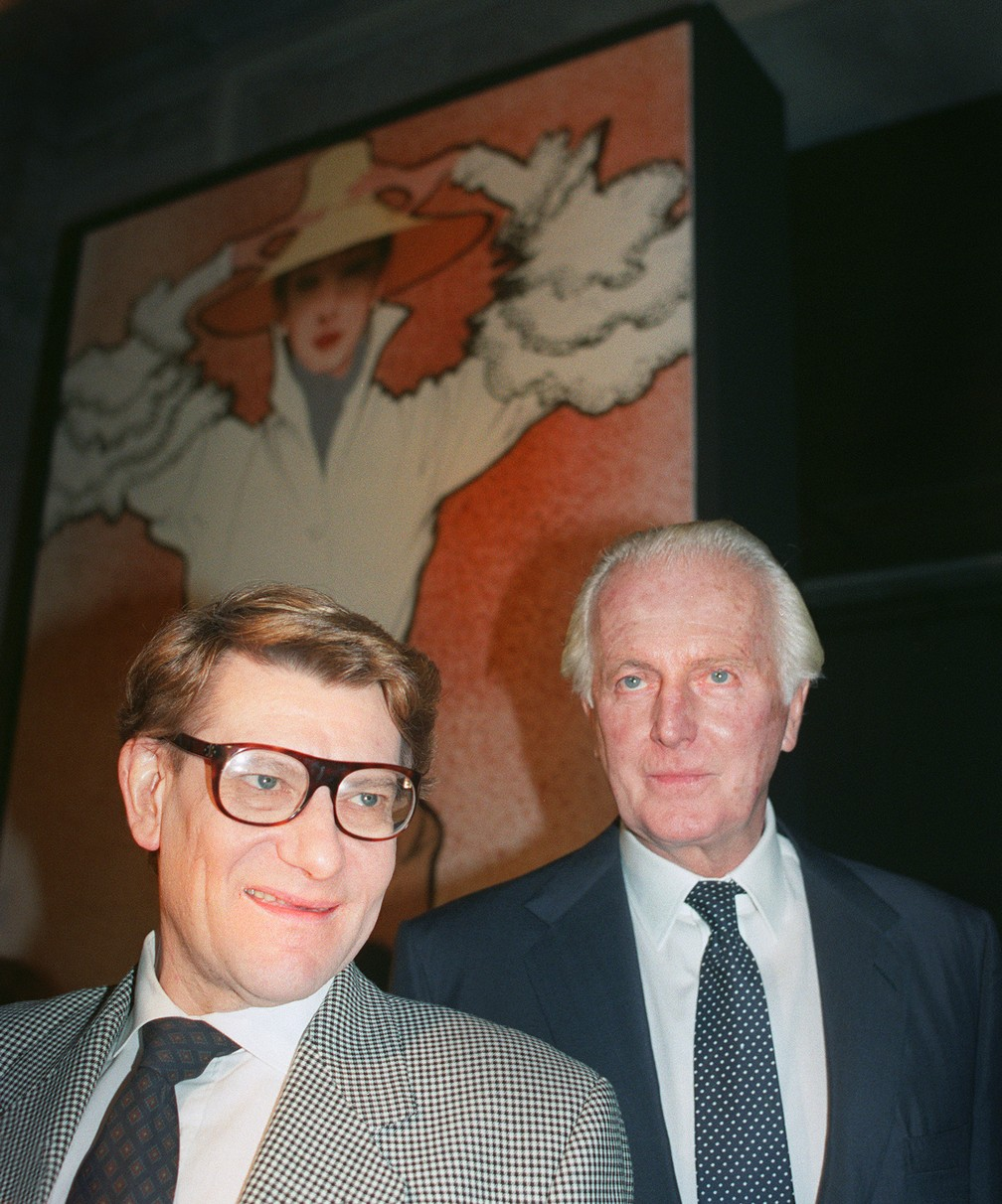Givenchy com Yves Saint-Laurent durante encontro na Galliera Museum, em 1991 (Foto: PIERRE GUILLAUD / AFP)