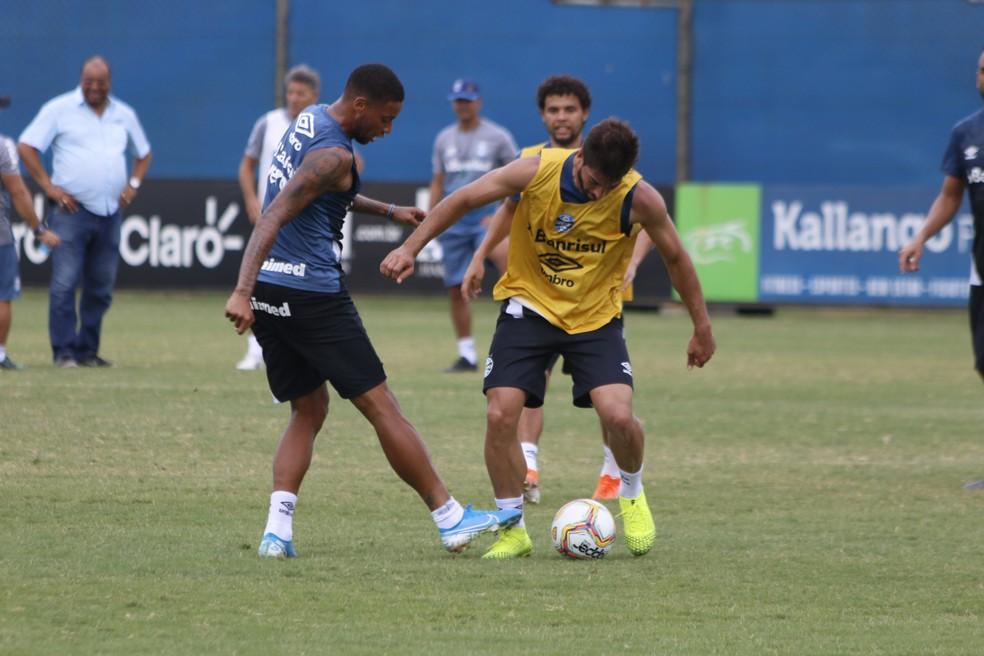 André e Lucas Silva em treino do Grêmio — Foto: Eduardo Moura