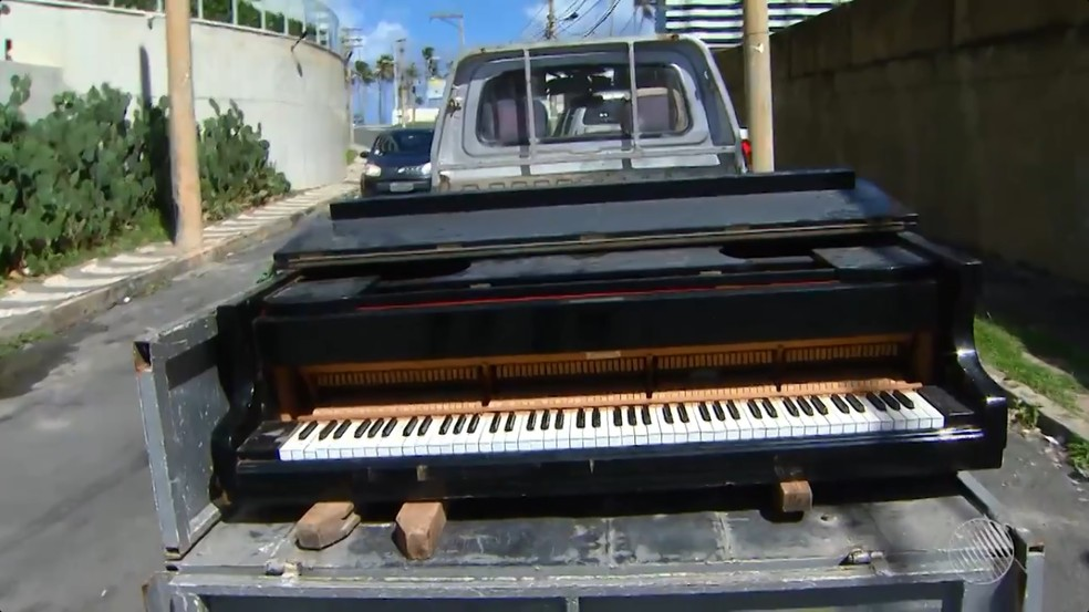 Piano foi levado por dono em carroceria de caminhão (Foto: Reprodução/TV Bahia)