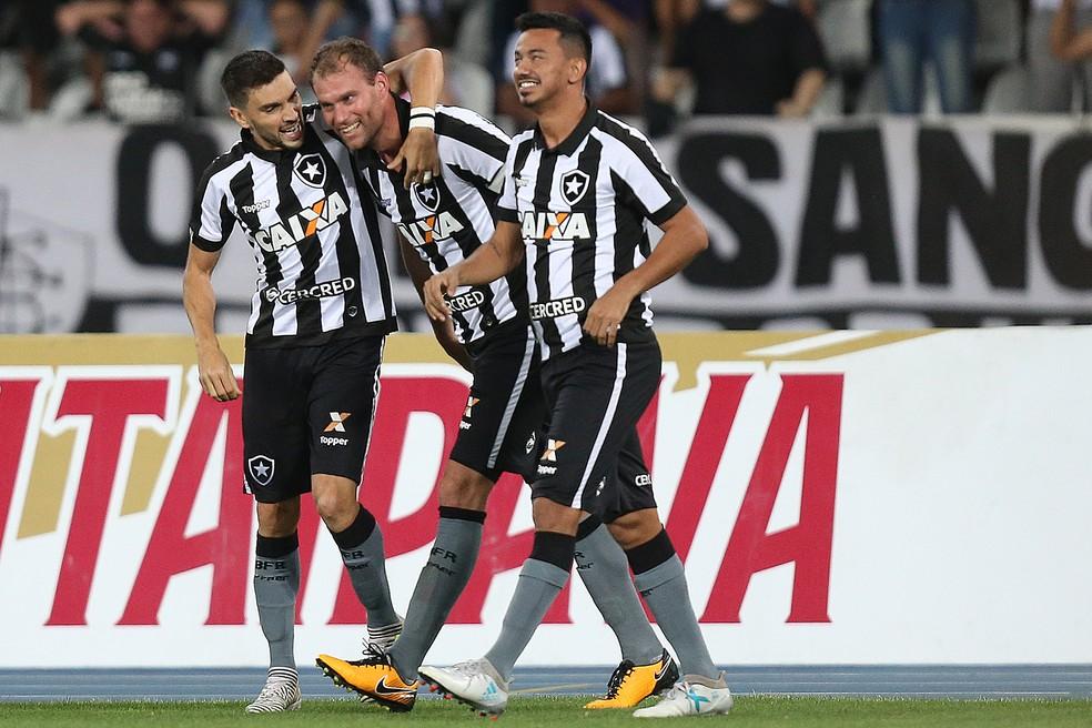 Rodrigo Pimpão, Carli e Rodrigo Lindoso comemoram gol do Botafogo (Foto: Vitor Silva / SS Press / Botafogo)