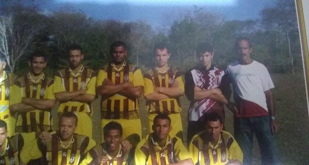 Enilton guarda lembranças da época que jogava futebol (Ele aparece em pé na foto e é o 4º da direita para à esquerda) — Foto: Divulgação