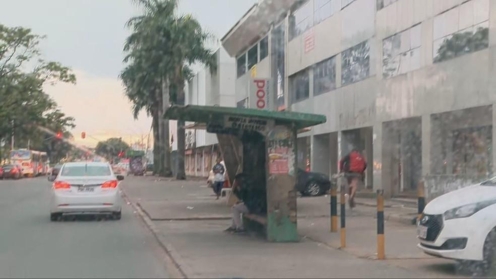 Reportagem da TV Globo flagra assaltante fugindo após esfaquear homem em parada de ônibus, no DF  — Foto: TV Globo/Reportagem