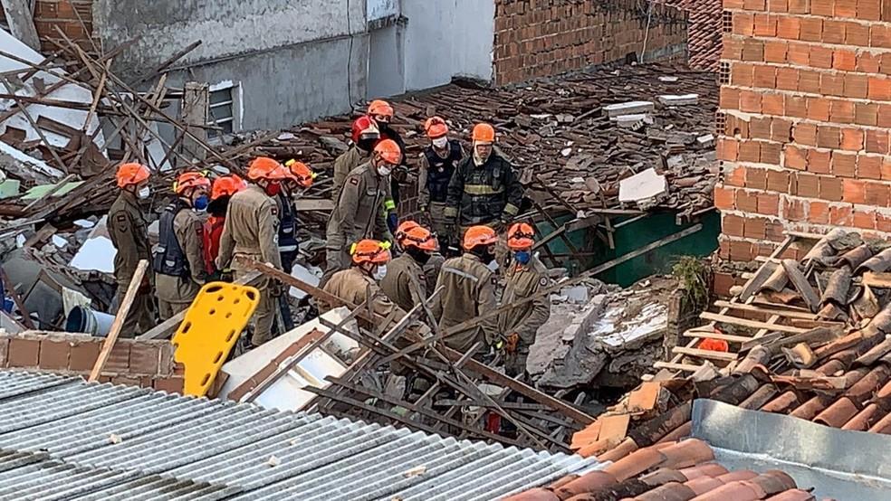 Explosão destrói prédio residencial e deixa mortos e feridos em João Pessoa — Foto: Walter Paparazzo/G1