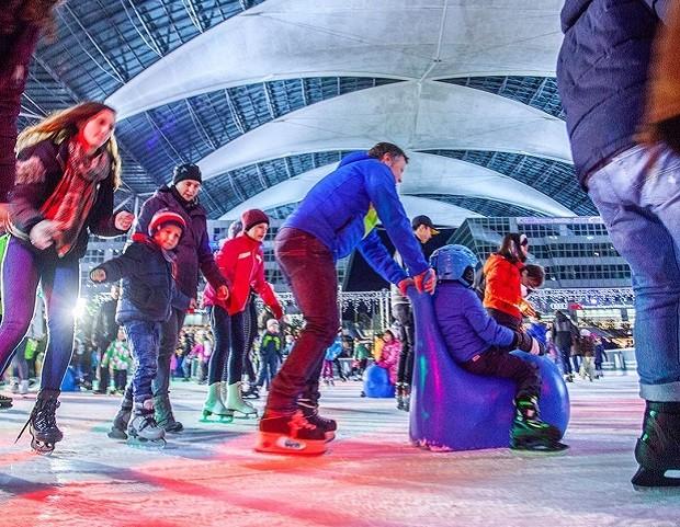 Durante o inverno, o aeroporto de Munique tem pista de patinação e feira de natal (Foto: Reprodução/Instagram)