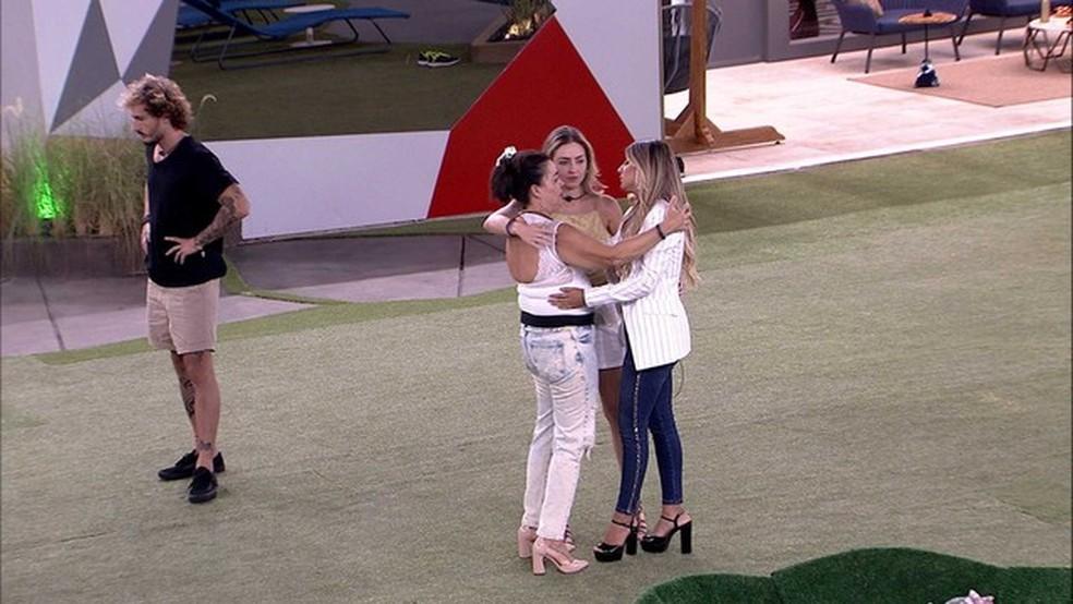 Tereza é abraçada por Hariany e Paula  — Foto: Tv Globo