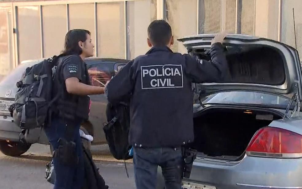 Policiais civis cumprem mandados de prisão e de busca e apreensão na Operação Magister, que investiga 'máfia dos concursos' (Foto: TV Globo/Reprodução)