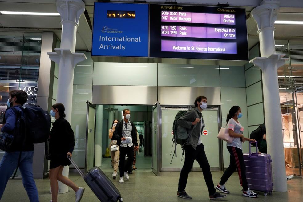 Passageiros usando máscaras de proteção chegam de Paris no terminal Eurostar em Londres, na Inglaterra, nesta sexta-feira (14), enquanto o Reino Unido impõe uma quarentena de 14 dias para passageiros vindos da França  — Foto: Peter Nicholls/Reuters
