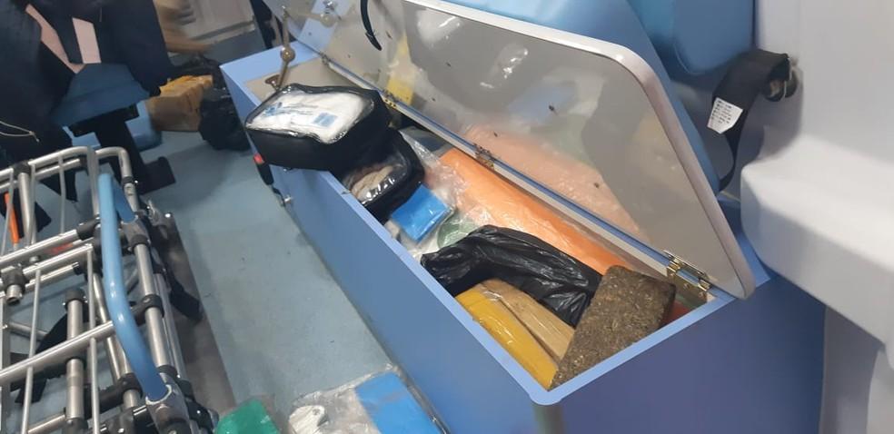 Maconha pesou mais de 90 quilos e estava em compartimentos da ambulância  — Foto: PRF/ Divulgação