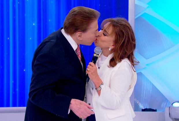 Juntos há mais de 40 anos, Silvio Santos e Iris Abravanel trocam beijo em gravação de programa (Foto: Lourival Ribeiro/SBT)
