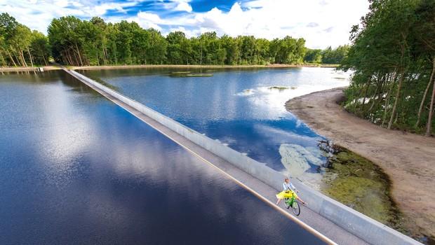 Na Bélgica, na cidade de Limburg, fica a ciclovia que divide um lago (Foto: Reprodução/Bycs.org)