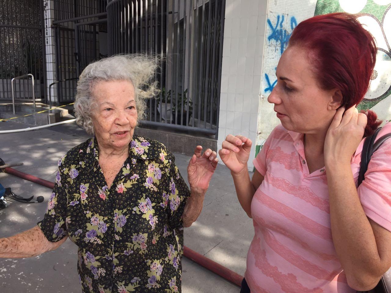 Mulher de 90 anos é retirada de prédio 2 horas depois de incêndio em Vitória