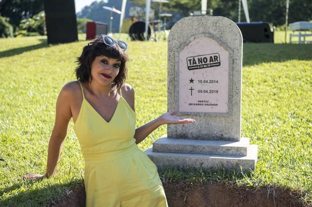 Veronica Debom e a lápide que aparecerá no 'Tá no ar' (Foto: Globo / Estevam Avellar)
