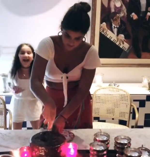 Giulia conta com a companhia da irmã caçula, Olívia, na hora do 'Parabéns' (Foto: Reprodução/Instagram)