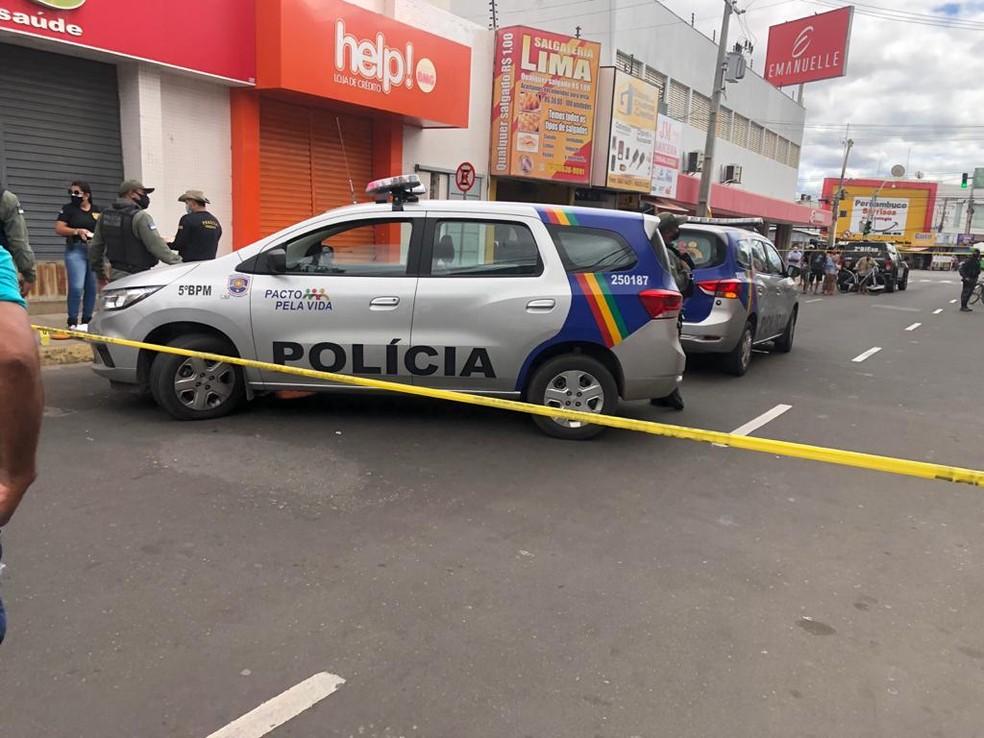 Dois homens foram assassinados em Petrolina — Foto: João Barbosa / TV Grande Rio