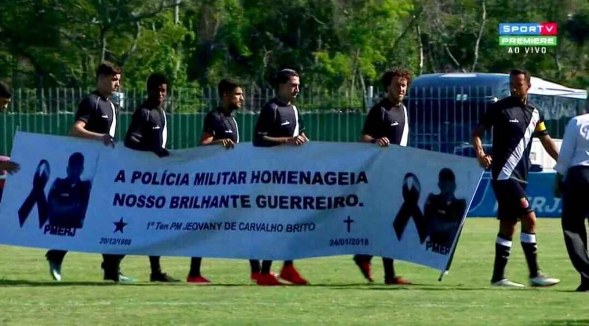 Jogadores do Vasco entram com faixa em homenagem a PM morto no RJ em partida contra Cabofriense