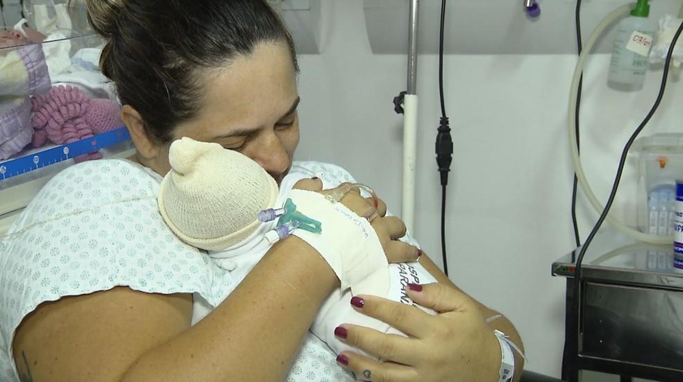 Em caso raro, gêmeas nascem com três dias de diferença, em Francisco Beltrão — Foto: Reprodução/RPC