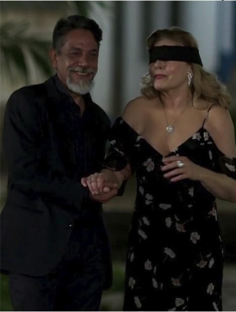 A personagem de Vera Fischer (na foto com Marcelo Escorel) foi vendada em 'Espelho da vida' (Foto: TV Globo)