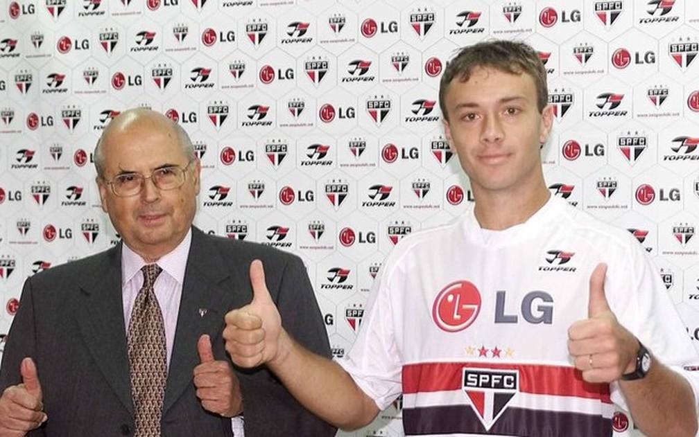 Lugano é apresentado pelo presidente Marcelo Portugal Gouvea, em 2003 — Foto: Divulgação / São Paulo