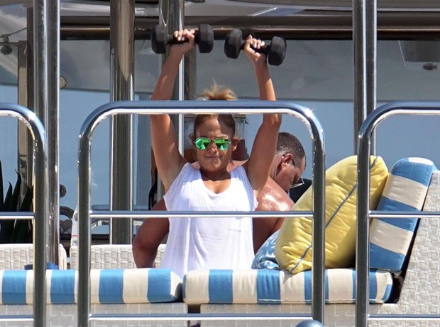 Jennifer Lopez curte férias em Capri com Alex Rodríguez (Foto: Backgrid)