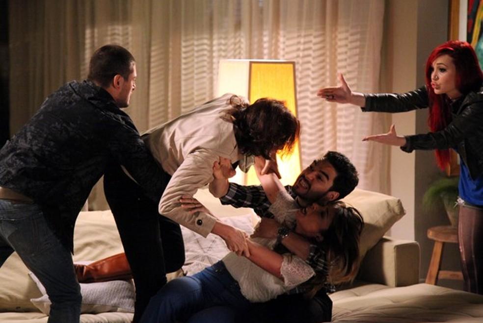 Maria Marta (Lilia Cabral) parte pra cima de Danielle (Maria Ribeiro) e família tenta separá-las - 'Império' — Foto: Carol Caminha/Globo