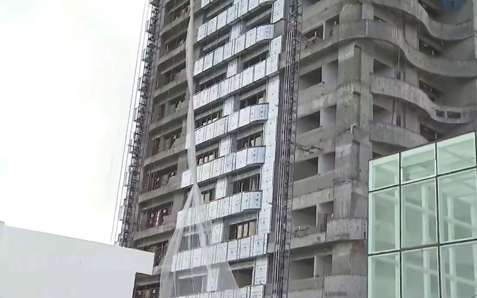Vítima montava elevador em um prédio em obras (Foto: Reprodução/TV Bahia)