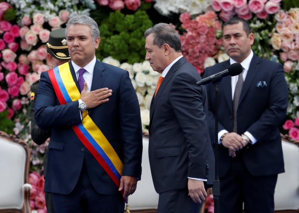 Presidente da Colômbia, Iván Duque recebe a faixa presidencial durante cerimônia de posse — Foto: Reuters/Carlos Garcia Rawlins
