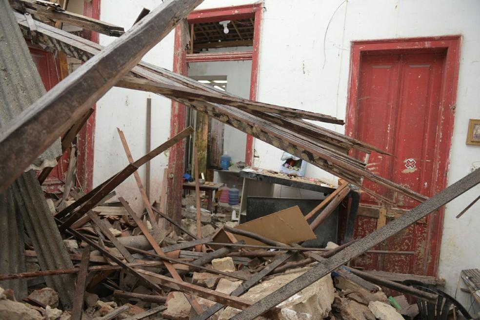 Parte do telhado de um imóvel na Boa Vista desabou (Foto: Nicácio Jr./Divulgação)