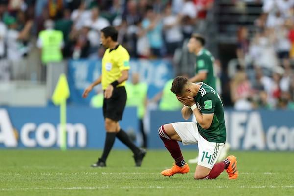 O craque mexicano Chicarito Hernández emocionado após a vitória do México contra a Alemanha na Copa do Mundo (Foto: Getty Images)
