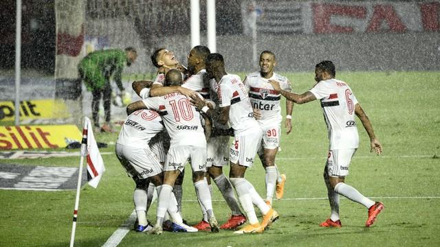 Jogadores do São Paulo comemoram gol de Gabriel Sara