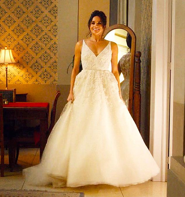 A atriz Meghan Markle vestida como noiva em cena da série Suits (Foto: Reprodução)