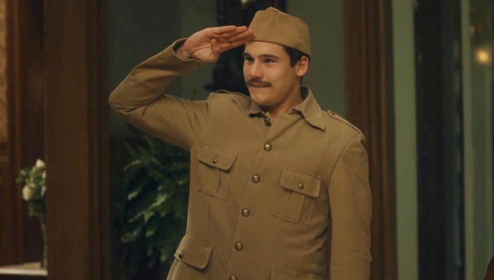 Alfredo (Nicolas Prattes) surge fardado e faz promessa à Lola (Gloria Pires) em 'Éramos Seis' — Foto: Globo