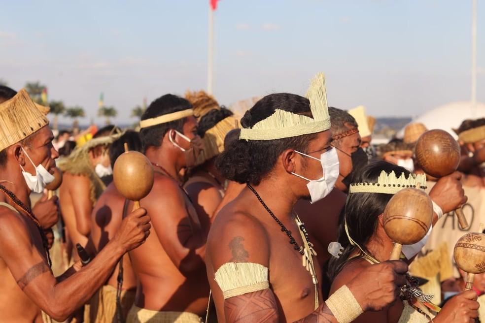 Homens indígenas protestam em Brasília em 24 de agosto contra o marco temporal. — Foto: Carolina Cruz/ G1