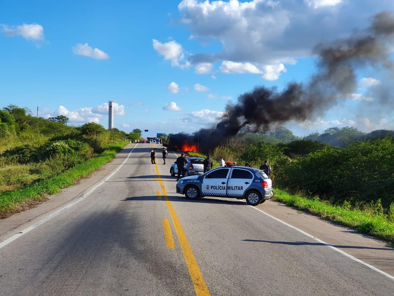 Carro-forte é explodido por criminosos na BR 226 no interior do RN - Notícias - Plantão Diário