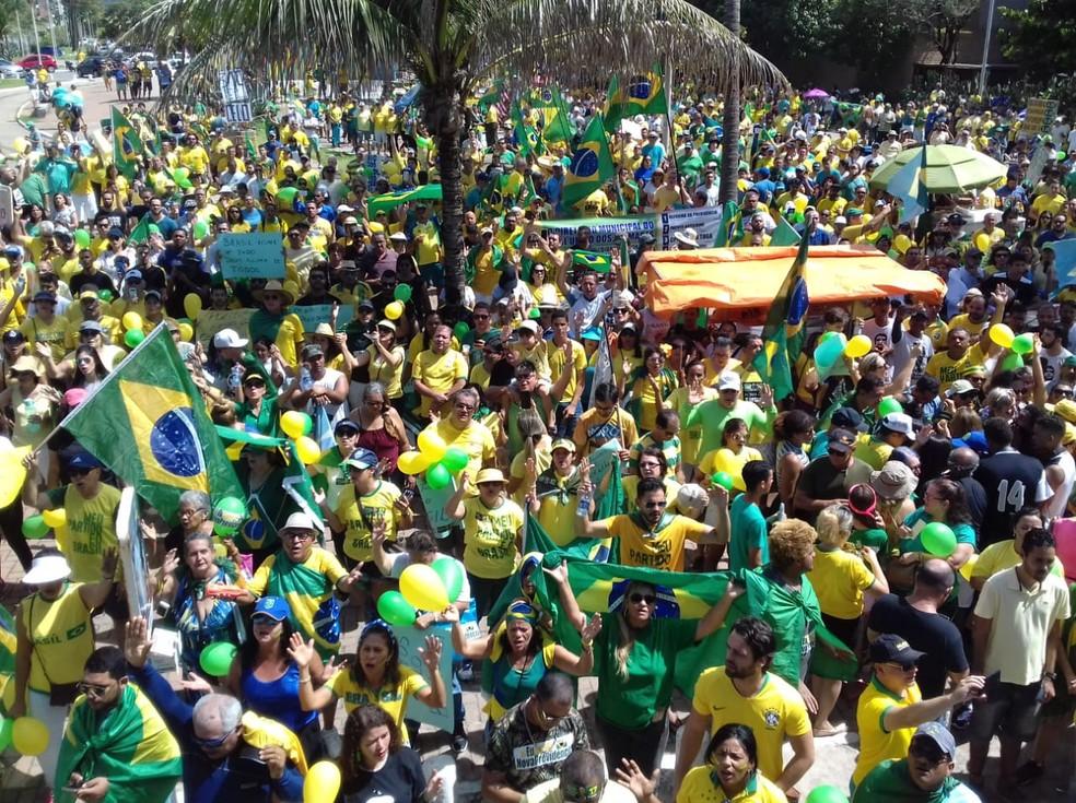 Maceió, 11h: Manifestantes cantam hino nacional na Praça Vera Arruda — Foto: Magda Ataíde/G1