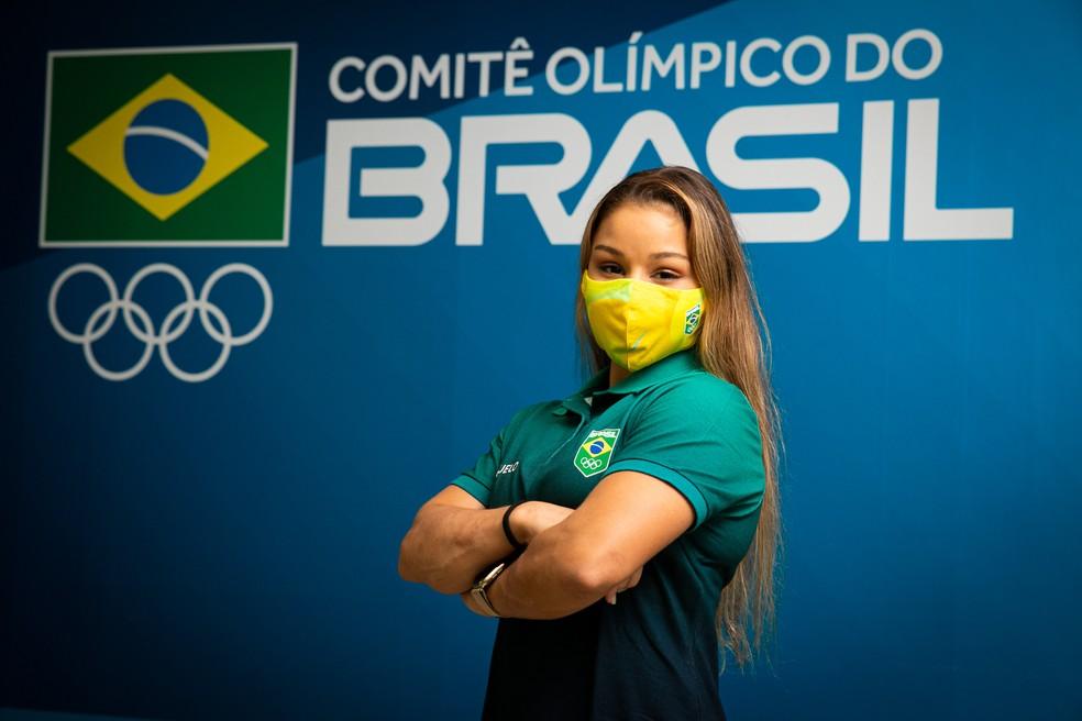 Ginasta Flávia Saraiva posa com uniforme do COB produzido no RN — Foto: Divulgação