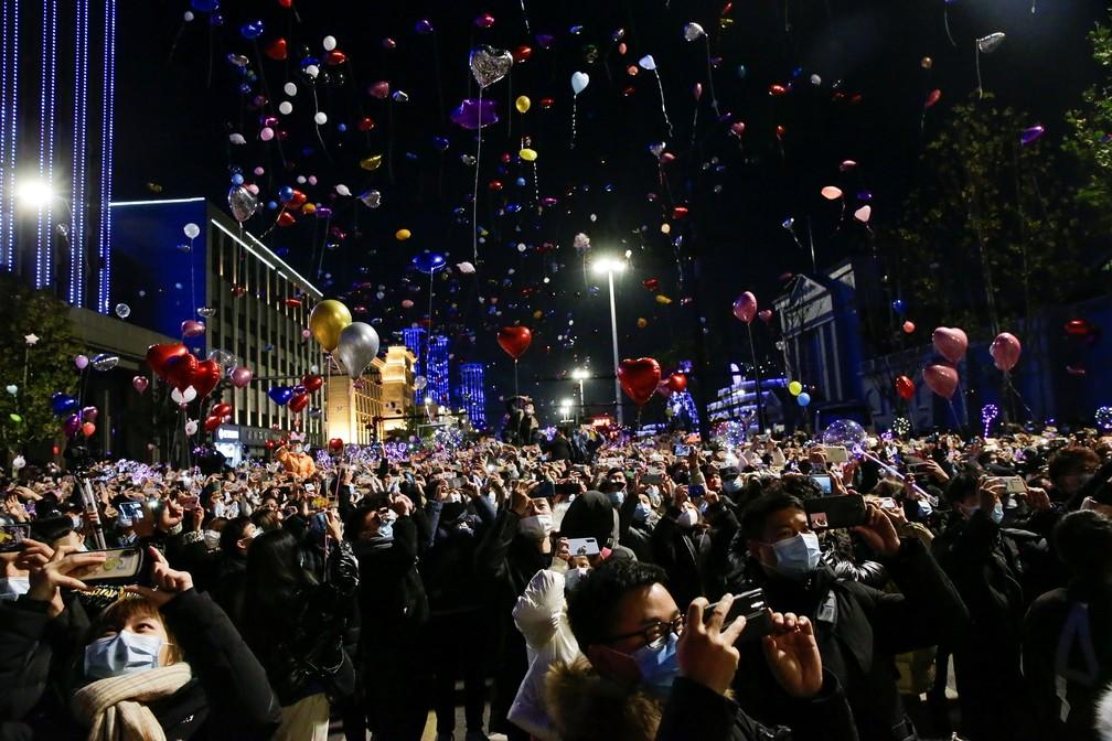 Em Wuhan, epicentro do coronavírus, pessoas se reúnem para celebrar Ano Novo — Foto: Reuters