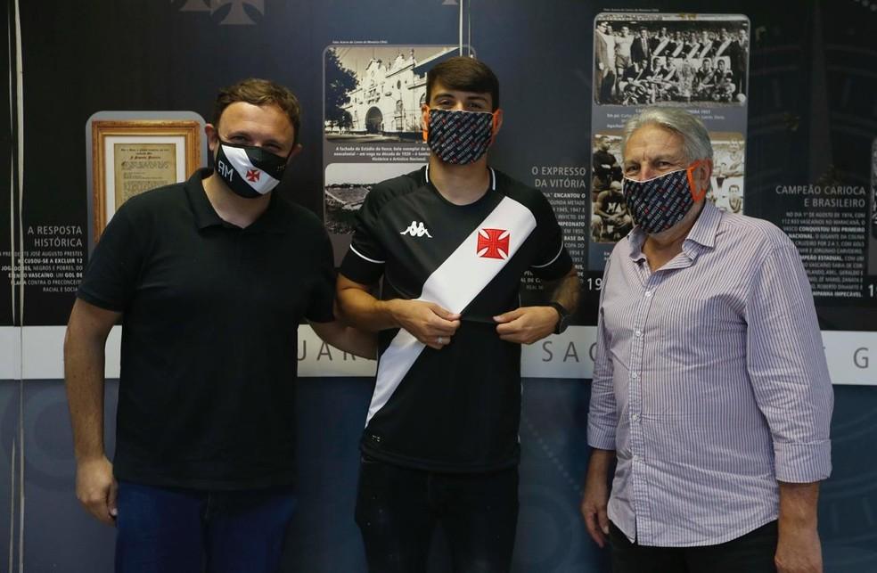 André Mazzuco, à esquerda, posa com Ricardo Graça e José Luis Moreira após renovar contrato com o clube — Foto: Rafael Ribeiro/Vasco da Gama