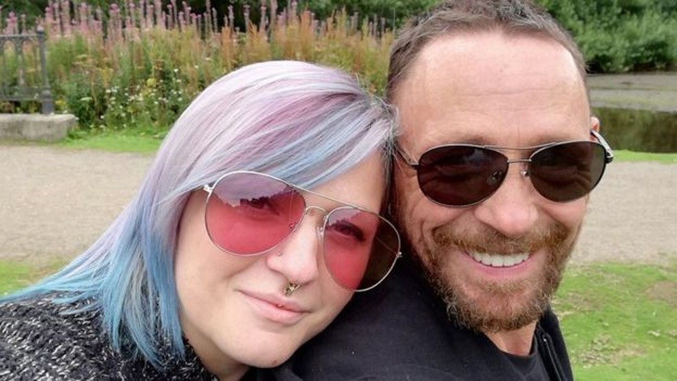 Becky e Joe ficaram noivos no ano passado e estão planejando se casar em julho — Foto: Becky Rudkin/via BBC